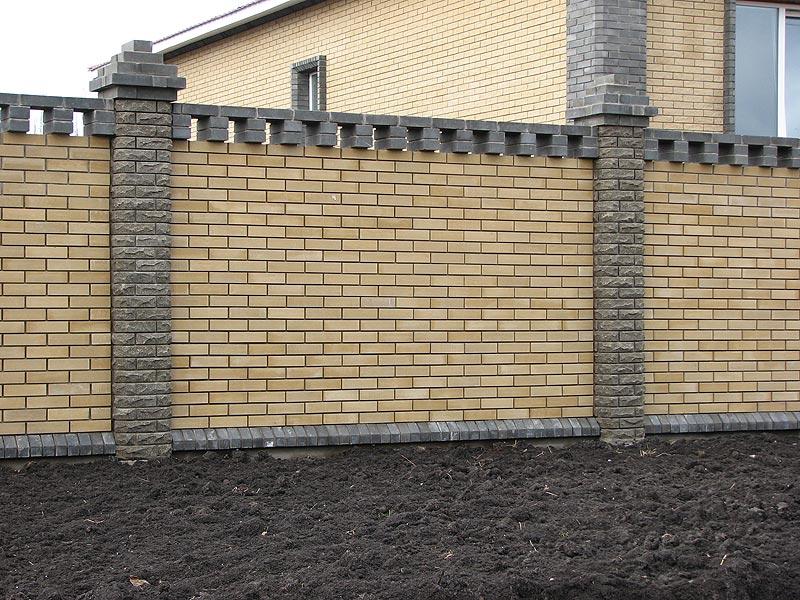 забор из кирпича для дома - один из вариантов дизайна