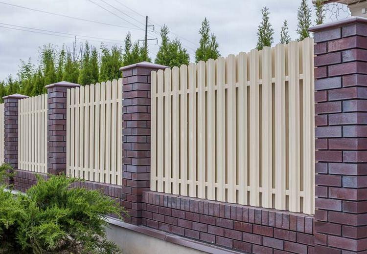 забор из кирпича - один из вариантов дизайна